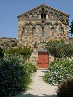 Chiesa della Trinità e di San Giovanni Battista ( Aregno, Corsica ). Risale con ogni probabilità alla prima metà del XII secolo ed è esempio di romanico pisano.