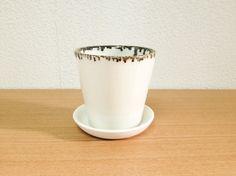 九谷磁器土で作った鉢です。口縁にマンガン釉を掛け白い鉢にアクセントをつけました。大きめに貫入を入れ高級感を演出しました。小さめの観葉植物を植えられてはいかがで...|ハンドメイド、手作り、手仕事品の通販・販売・購入ならCreema。