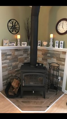 Most current Images Pellet Stove makeover Thoughts Pellet ovens are an effortless way to save cash and keep comfy throughout those care-free winter in home. Wood Stove Surround, Wood Stove Hearth, Wood Burner, Wood Burning Stove Corner, Corner Stove, Wood Burning Stoves, Corner Mantle, Wood Stoves, Wood Stove Decor