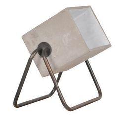 Lampe à poser en ciment pied tube métallique Concrete, signée Zuiver. Cette lampe à poser industrielle trouvera sa place aussi bien dans un atelier ou loft, que dans une atmosphère plus contemporaine #LampPied