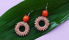 Des boucles d'oreilles DIY en perles de rocailles enroulées