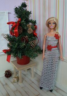 Barbie vous présente aujourd'hui sa tenue de fête Cette tenue est en vente dans ma boutique Je vous prop... Barbie Style, Crochet Barbie Clothes, Crochet Dolls, Barbie And Ken, Barbie Dolls, Barbie Patterns, Crochet Fashion, Beautiful Crochet, Fashion Dolls