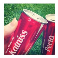 Unas Coca-Colas así     #katniss #and #peeta #always #together #tributo #TheHungerGames #LosJuegosDelHambre ♥  can this be real