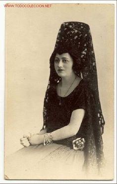 Magnifica foto: preciosa joven señorita con una elegante mantilla - Fotografo Biedma, Madrid (Fotografía Antigua - Tarjeta Postal)