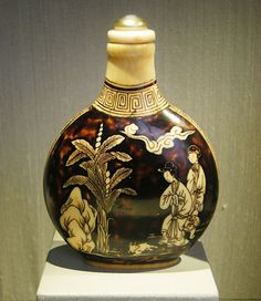 Japanese snuff bottle, circa 1900, Trammell and Margaret Crow Collection of Asian Art, a museum in Dallas, Texas.