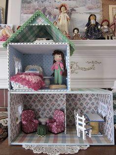 Fabric and cardboard DIY dolls house Cardboard Dollhouse, Diy Cardboard, Diy Dollhouse, Dollhouse Miniatures, Barbie Furniture, Dollhouse Furniture, Furniture Ideas, Felt House, Barbie House