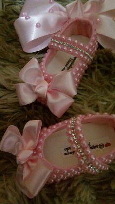 Sapatinhos de perola bebe rosa @ saptinhosdaca Baby Shoes, Anna, Clothes, Fashion, Pearl Shoes, Bebe, Outfit, Clothing, La Mode