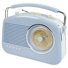 Radio avec design rétro et un grand cadran rotatif gradué avec les fréquences de