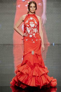 c792a8913 Traje de flamenca en color rojo y bordado en blanco
