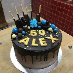 Tarta con dripp de chocolate. Ale, Cupcakes, Chocolate, Desserts, Food, Fondant Cakes, Lolly Cake, Candy Stations, Tailgate Desserts