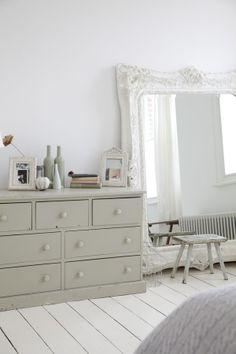Ambiance de charme dans une chambre aux couleurs douces. - Charming ambience in a room with soft colors.