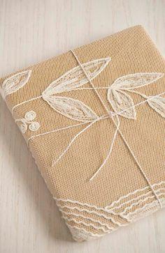 DIY - Vouw kant over kraftpapier voor een feestelijk en originele cadeauverpakking.