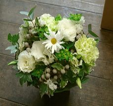 お供え花、供花【BFM】 白の優しさ そんなフラワーアレンジメント http://www.basketflowermarkets.com