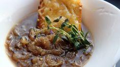 En varm suppe med mye god smak. Prøv Lise Finckenhagens løksuppe. Risotto, Bacon, Clean Eating, Vegan, Chicken, Ethnic Recipes, Soups, Food, Eat Healthy
