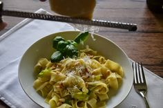 Bandnudeln mit Lauch und Pinienkernen Pasta Recipes, Macaroni And Cheese, Ethnic Recipes, Food, Pine Tree, Easy Meals, Chef Recipes, Food Food, Cooking