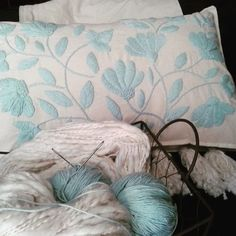 Almohadón Aqua en internet Hand Embroidery Videos, Hand Embroidery Patterns, Cross Stitch Embroidery, Embroidery Designs, Embroidered Bedding, Embroidered Flowers, Bed Design, Beautiful Patterns, Crochet Clothes