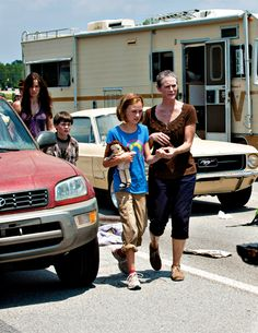 The Walking Dead Laurie and son Carl. Carol and her daughter Sophia her husband Ed used to beat her. Walking Dead Show, Walking Dead Season, Fear The Walking Dead, Judith Grimes, Carl Grimes, Madison Lintz, Daryl And Carol, Dead King, Melissa Mcbride