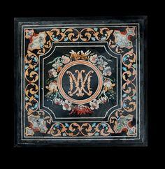Plaque en scagliola polychrome de forme carrée ornée, au centre, du monogramme AM (Ave Maria) dans un cercle entouré d'une guirlande de fleurs, le tout dans un encadrement à écoinçons; entourage de rinceaux feuillagés avec cartouche dans les angles. Italie, Emilie Romagne, région de Carpi, seconde moitié du XVIIe siècle H_81 cm L_81 cm H totale_87 cm L totale 87 cm.jpg (1309×1345)