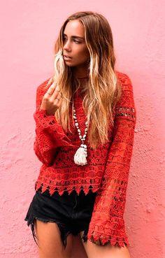 Street style look com blusa renda.