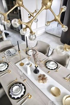 The best way to visualize the elegant style of the dining room is to complement its interior with beautiful modern chairs that will be representative of the goo Comment Dresser Une Table, Vase Deco, Contemporary Home Furniture, Hotel Decor, Dinning Table, Dining Chair, Table Arrangements, Deco Table, Dining Room Design