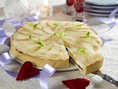 Flot tærte med chokolade i tærtebunden, herover en vaniljecreme og øverst pæreskiver og en gelé af pærecider.