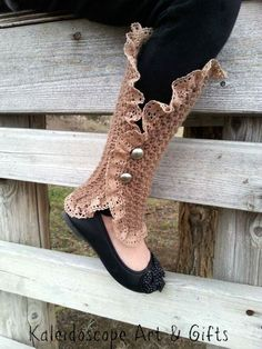 Knitting Patterns Leg Warmers This free crochet leg warmers pattern, the Mara Legwarmer Spats are versatile an. Crochet Leg Warmers, Crochet Boot Cuffs, Crochet Boots, Crochet Slippers, Crochet Clothes, Free Crochet, Crochet Headbands, Knit Headband, Baby Headbands