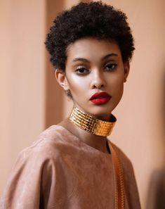 Femme noire aux cheveux courts et crepus