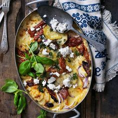 Potatisgratäng med fetaost - recept | Mitt kök Paella, Vegetable Pizza, Food And Drink, Potatoes, Vegetables, Ethnic Recipes, Easy, Food Ideas, Foods