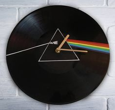 Pink Floyd The Dark Side of the Moon geschilderd retro vinyl klok, een gift v. Record Wall Art, Vinyl Record Clock, Vinyl Record Projects, Discos Pink Floyd, Records Diy, Cd Crafts, Cd Art, Moon Painting, Aesthetic Painting
