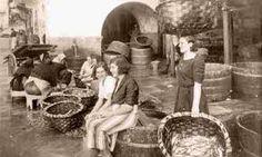 Mulleres con cestas, utensilios moi empregados para transportar (peixe, produtos agrícolas...) (Silvia)