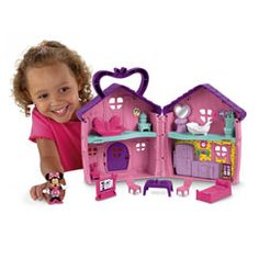 Open Minnie's house to reveal 4 rooms of play. Minnie can lay down for a nap in her bedroom, or watch TV in her living room. After that she can freshen up in the bathroom before snack time. Open the refrigerator in Minnie's kitchen to reveal all kin
