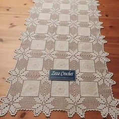 This Pin was discovered by Ter – Knitting patterns, knitting designs, knitting for beginners. Crochet Tablecloth, Crochet Doilies, Crochet Lace, Hand Crochet, Filet Crochet, Freeform Crochet, Crochet For Beginners Blanket, Knitting For Beginners, Quilt Patterns