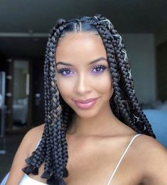 All styles of box braids to sublimate her hair afro On long box braids, everything is allowed! For fans of all kinds of buns, Afro braids in XXL bun bun work as well as the low glamorous bun Zoe Kravitz. Box Braids Hairstyles For Black Women, African Braids Hairstyles, Braids For Black Hair, Shakira Hairstyles, Prom Hairstyles, Everyday Hairstyles, Beehive Hairstyles, Dreadlock Hairstyles, Winter Hairstyles