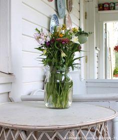 Elämää pohjolassa Glass Vase, Table Decorations, Furniture, Home Decor, Decoration Home, Room Decor, Home Furnishings, Home Interior Design, Dinner Table Decorations