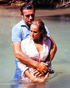 "Sean Connery y Ursula Andress en ""Agente 007 Contra el Dr. No"" (Dr. No), 1962 Sean Connery James Bond, Ursula Andress, Best Bond Girls, James Bond Women, Bond Series, Julie Newmar, Photo Vintage, James Bond Movies, Dean Martin"