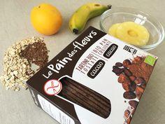 """Ingredientes para una receta de """"Tostas Crujientes de Frutas"""": Tostas crujientes de flores de cacao , Frutas variadas: platano, naranaja y piña natural, Semillas de lino, Copos de avena gruesos"""