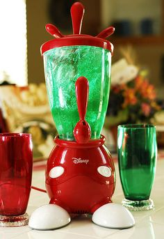 Mickey smoothie maker in red & green. Minnie Mouse House, Mickey House, Mickey Minnie Mouse, Cozinha Do Mickey Mouse, Mickey Mouse Kitchen, Casa Disney, Disney Rooms, Disney Kitchen Decor, Disney Home Decor