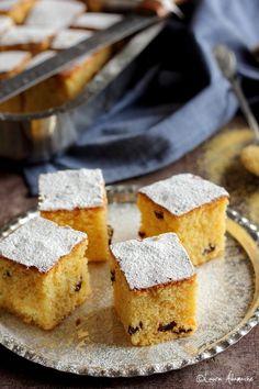 Prajitura cu malai si stafide - mod de preparae si ingrediente. Reteta de prajitura rapida cu malai si stafide. Prajitura cu malai reteta. Cornbread, Feta, Brownies, Cheesecake, Sweets, Ethnic Recipes, Cakes, Millet Bread, Cake Brownies