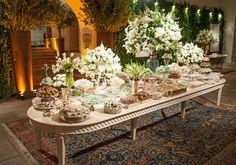 mesa branca, com flores verde e branco.