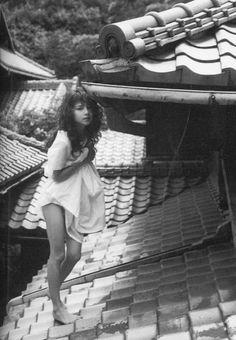宝生舞 Mai Hosho Japanese Photography, Vintage Photography, Portrait Photography, Pose Reference Photo, Film Aesthetic, Female Poses, Character Design Inspiration, Drawing People, Photoshoot