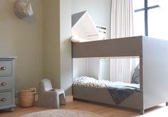 Grijs stapelbed (IKEA hack) met design kinderstoel - bekijk en koop de producten van dit beeld op shopinstijl.nl