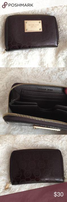⭐️ MICHAEL KORS WALLET. MAKE AN OFFER ⭐️ MICHAEL KORS WALLET. No strap. 🌺 MAKE AN OFFER Michael Kors Bags Wallets