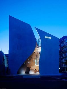[Located within the Sendagaya neighborhood of Tokyo's Shibuya ward, this building displaying undulating lines captured in a volumetric architecture steals the spotlight. Spreading over 992 square meters on a 221 square meter corner lot, the Sunwell Muse Kitasando building belongs to a textile planning and trading company...]