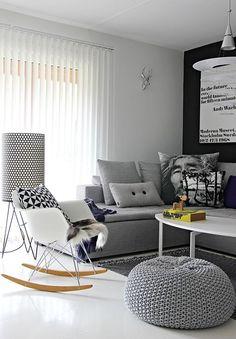 sofa e poltrona na sala de estar pequena
