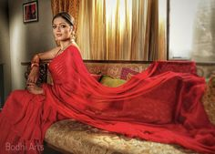 Buy latest Indian designer sarees at the best price. Choose from a wide range of trendy designer, ethnic, daily wear and party wear sarees for all occasions. Blue Silk Saree, Red Saree, Sari, Indian Designer Sarees, Designer Sarees Online, Drashti Dhami, Party Kleidung, Popular Actresses, Bollywood Actress Hot