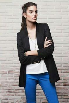 Saco Carmen Negro. Musculosa Marlene Blanco. Pantalón Carolina Azul. Collar Lu Plata. Pulsera Carmen Plata. Pulsera Ro Plata. Anillo