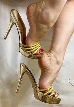 Sexy Legs And Heels, Hot High Heels, Frauen In High Heels, Pantyhose Heels, Gorgeous Heels, Women's Feet, Bare Foot Sandals, Pumps Heels, Arches