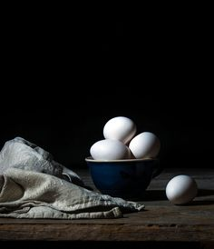 Low key photots of eggs Herbal Chicken Soup, Meat Delivery, Egg Photo, Dark Food Photography, Key Food, Fruit Painting, Still Life Photos, Kitchen Photos, Lightbulb