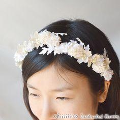 シロツメクサとマーガレットなどの小花で構成された花冠。オフホワイトに染めて制作。数種類の生地を使用。サテンリボンでサイズ調整可能。オーダーを頂いてから心を込め...|ハンドメイド、手作り、手仕事品の通販・販売・購入ならCreema。