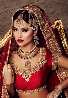 The largest collection of photographs of bridal gold jewellery designs. Find kundan gold designs, meenakari bridal gold and temple jewellery. Indian Bridal Makeup, Indian Bridal Wear, Asian Bridal, Wedding Makeup, Dress Indian Style, Indian Outfits, Moda Indiana, Bollywood, Desi Wedding